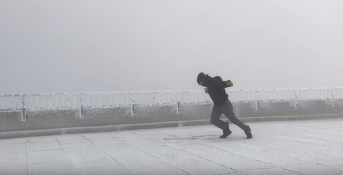 (Видео) Метеоролог експериментираше дали може да одлета на ветер со брзина од 169 км на час