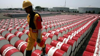 Нафтата падна на 55 долари за барел