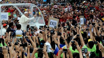 Папата до верниците и свештениците: Спуштете ги телефоните, мисата на е претстава