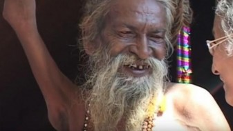(ВИДЕО) Индиец 40 години ја држи раката подигната