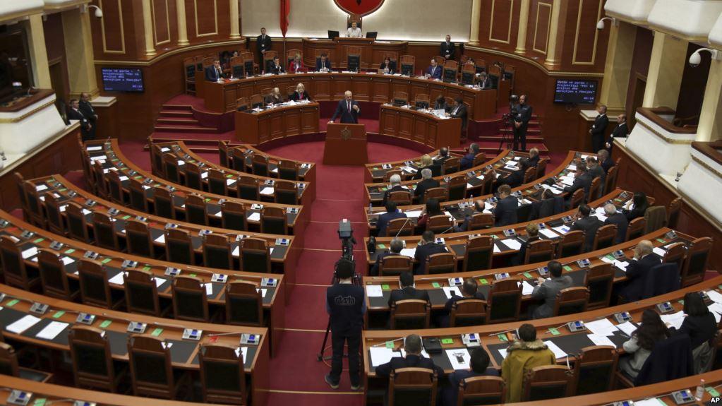 Големи протести пред албанскиот парламент