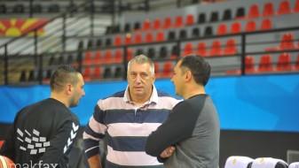 Бидејќи ја предводеше Македонија, Давитков доби отказ во клубот