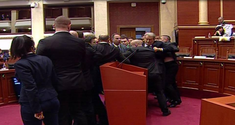 Тензично во Собранието  полицијата спречи упад во законодавниот дом во Тирана