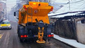 Првиот снег на скопските сообраќајници отстранет со 30 тони сол