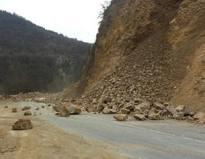 Во прекин сообраќајот на Кочани Македонска Каменица поради одрони