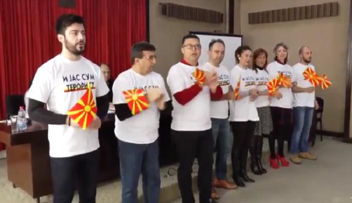 """(Видео) Штип: Советниците од ВМРО-ДПМНЕ со маички """"И јас сум терорист"""" ја бојкотираа седницата"""
