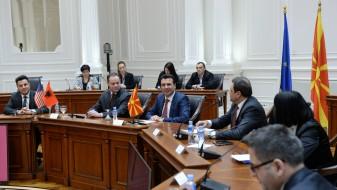 Заев ги повика компаниите од американската стопанска комора во Албанија да инвестираат во Македонија