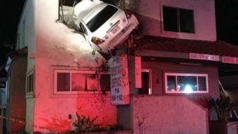 (Видео) Автомобил заглави во ѕидот на зграда во јужна Калифорнија