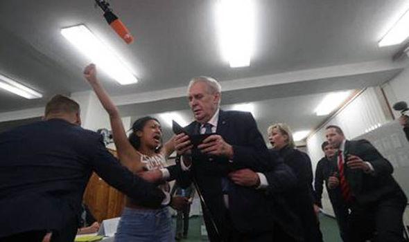 Полугола активистка на му нафрли на чешкиот претседател во моментот кога тој требаше да гласа
