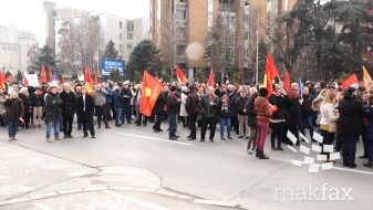 (Видео) Протест на синдикатите пред Владата, бараат повисоки плати