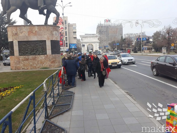 (Видео) Демонстрантите пред Собранието извикуваа погрдни зборови кон министрите