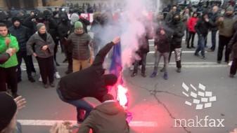 """(Видео)""""Тврдокорни"""" го запалија знамето на ЕУ пред Собрание"""
