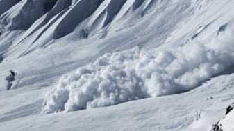 Две лица загинаа, а две се повредени во снежни лавини на Алпите