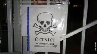 Плакат со мртовечка глава на влезот од српската амбасада во Сараево
