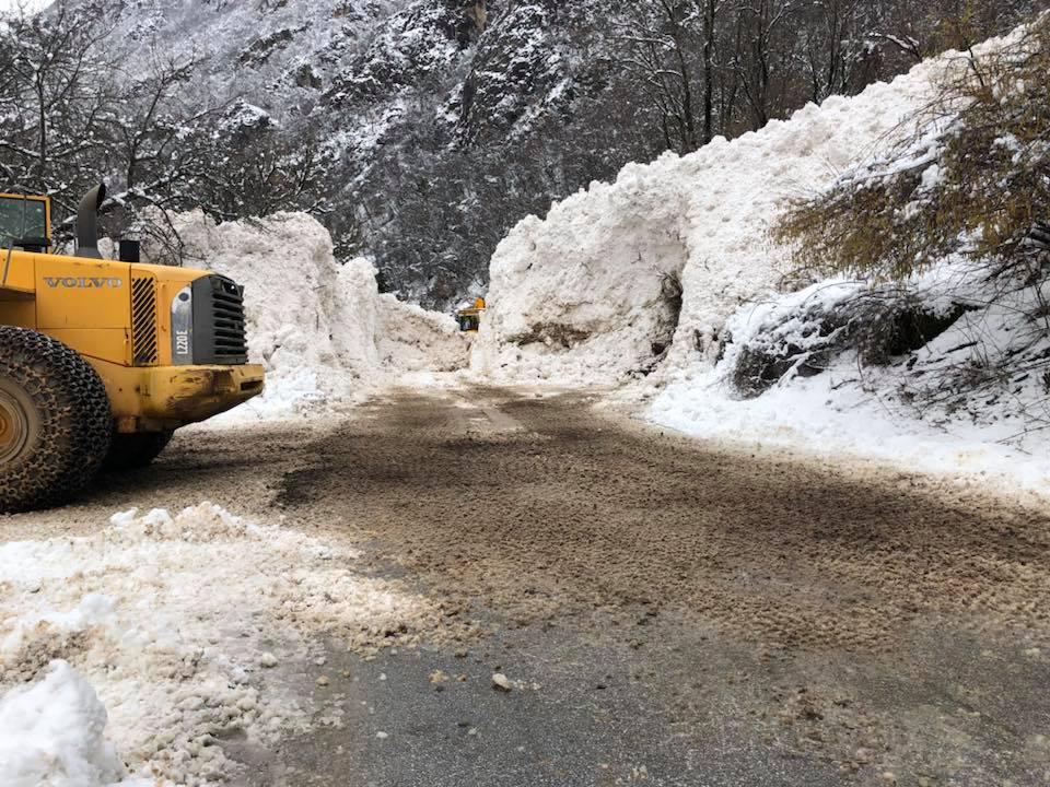 Лавината кај Бигорски пробиена  патот повторно отворен за сообраќај
