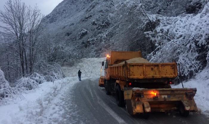 Нова лавина кај Бигорски, патот Маврово-Дебар повторно блокиран