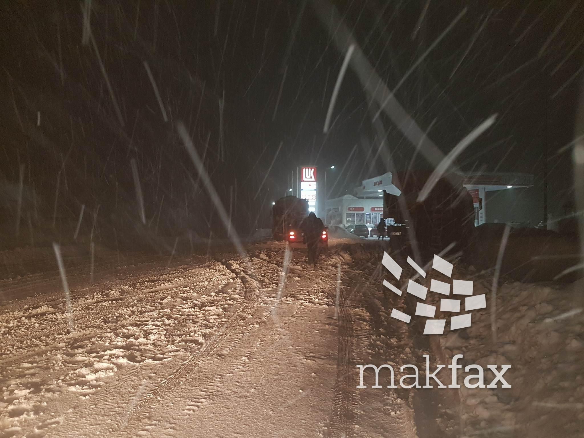 Отежнат сообраќајот на Стража  завеани возила блокирани на патот