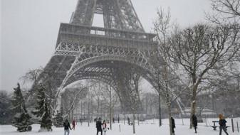 Снегот ја затвори Ајфеловата кула но ги израдува туристите