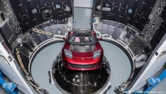 Лансирана најмоќната ракета, со неа полета и црвен спортски автомобил