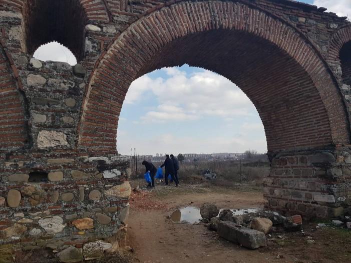 Акција за чистење на скопскиот акведукт во Визбегово