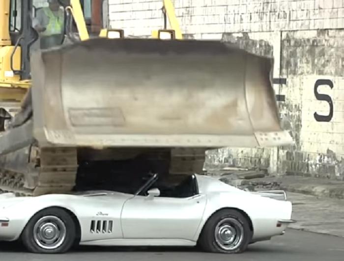 (Видео) Луксузни автомобили уништени со булдожер по наредба на претседателот на Филипини