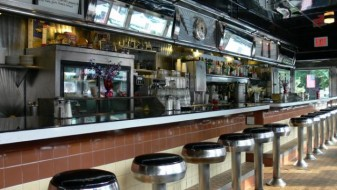 Њујоршки бар им забранува на посетителите да изговараат збор што воопшто не е вулгарен