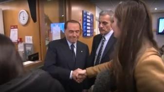Берлускони до новинарка: Немој да се ракуваш толку силно, никој нема да те побара за жена