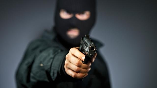 Разбојник со закана со пиштол утрово ограбил банка