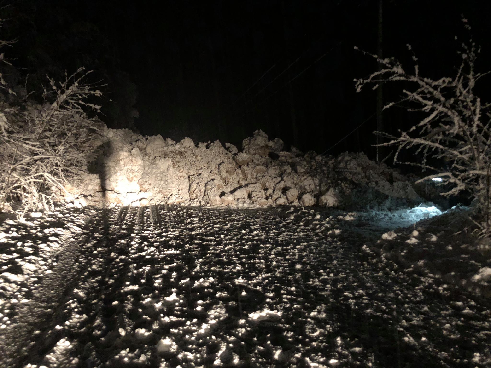 Отстранет дел од лавината на патот Маврово Дебар  сообраќајот се одвива по една лента