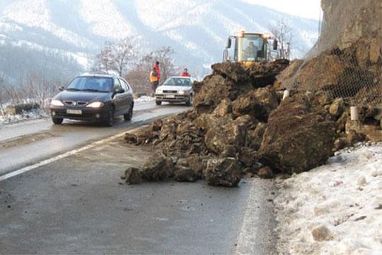 Одрон на патот Тетово Попова Шапка  Сообраќајот се одвива по една коловозна лента