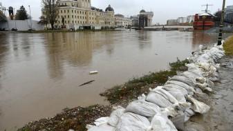 (Видео): Објектите од Скопје 2014 и натаму ќе пловат, Владата бара решенија