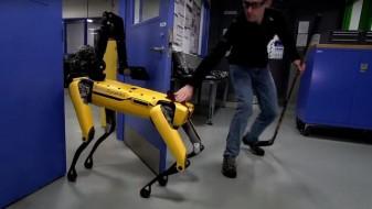 (Видео) Иако човек се обидуваше да го спречи, овој робот го направи она што го сакаше