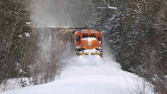 Хрватски воз заглавил во длабок снег: патниците со часови се бореле со тешките услови