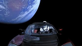 """(Видео) Автомобил """"тесла"""" орбитира во вселената по лансирањето на најмоќната ракета во историјата"""