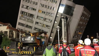 (Видео) Урнати згради и испукан асфалт на улиците по силниот земјотрес на Тајван