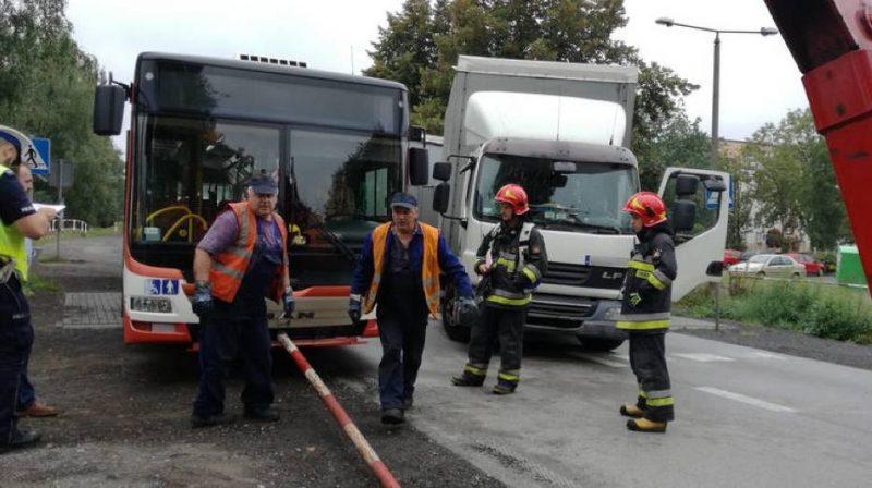 Две лица загинаа во Полска кога камион удри во училиштен автобус