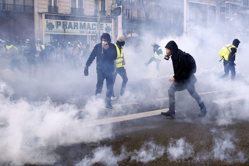 """Над 30 уапсени на протестите во Париз, против """"жолтите елеци"""" ангажирана и војската"""