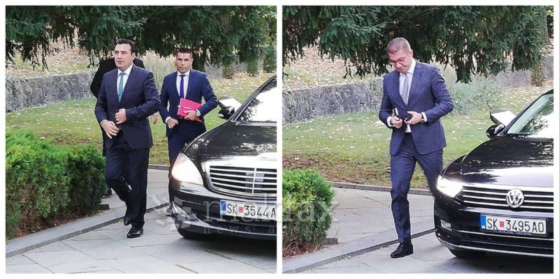 (Видео) Лидерите пристигнаа на средба кај Пендаровски
