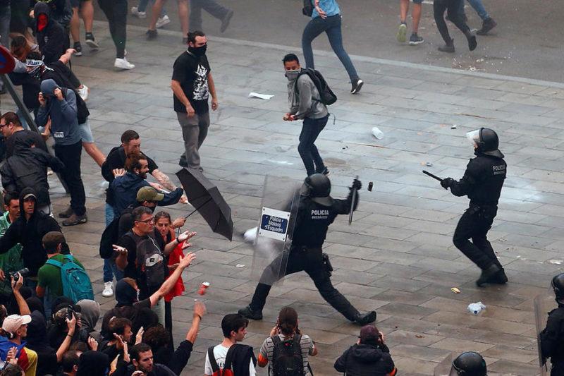 (Видео) Најмалку 170 повредени во судирите во Барселона