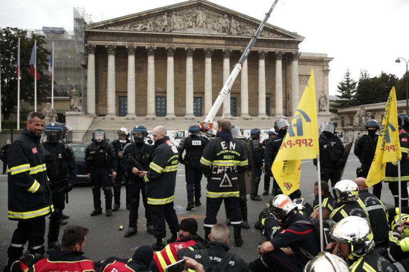 (Видео) Судири на протестот на пожарникарите во Париз, полицијата употреби солзавец и водени топови