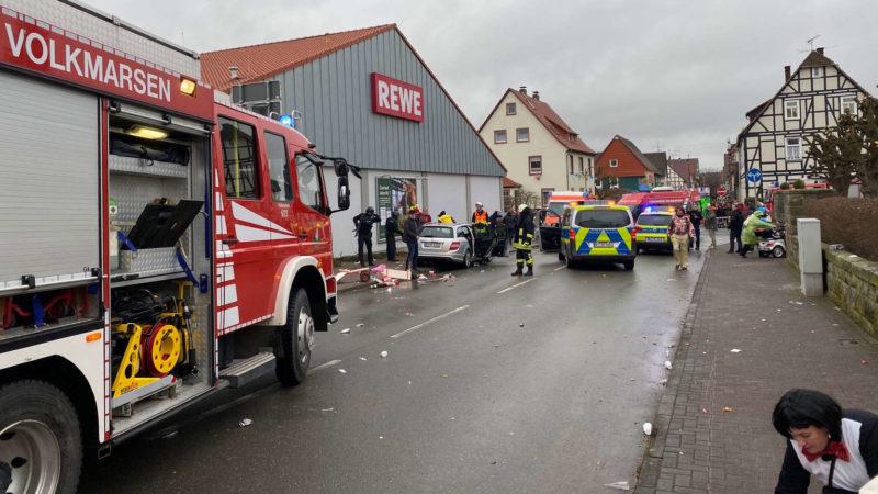Автомобил удри во карневалска поворка – 15 лица повредени во Германија
