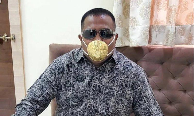 Индиец со златна маска се штити од коронавирус