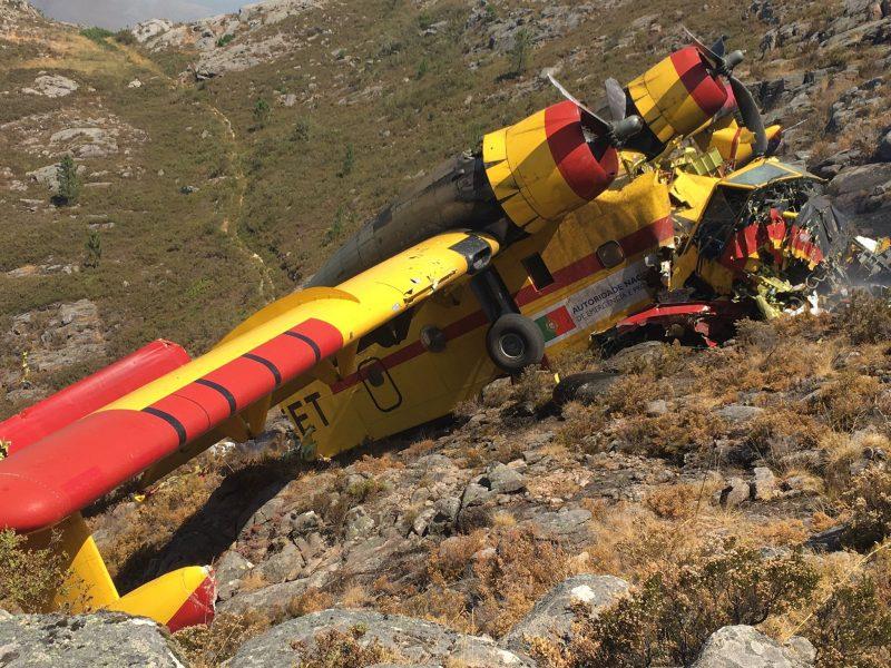 (Видео) Португалски канадер се урна во близина на шпанската граница, има и жртви