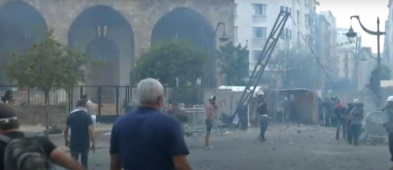 (Видео) Во Бејрут продолжуваат судирите меѓу полицијата и демонстрантите